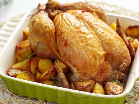 Пълнено печено пиле с ориз и дробчета на фурна с картофи - снимка на рецептата
